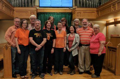Les membres due personnel se sont rassemblés dans le sanctuaire de la Forest Hill United Church pour souligner la Journée du chandail orange.