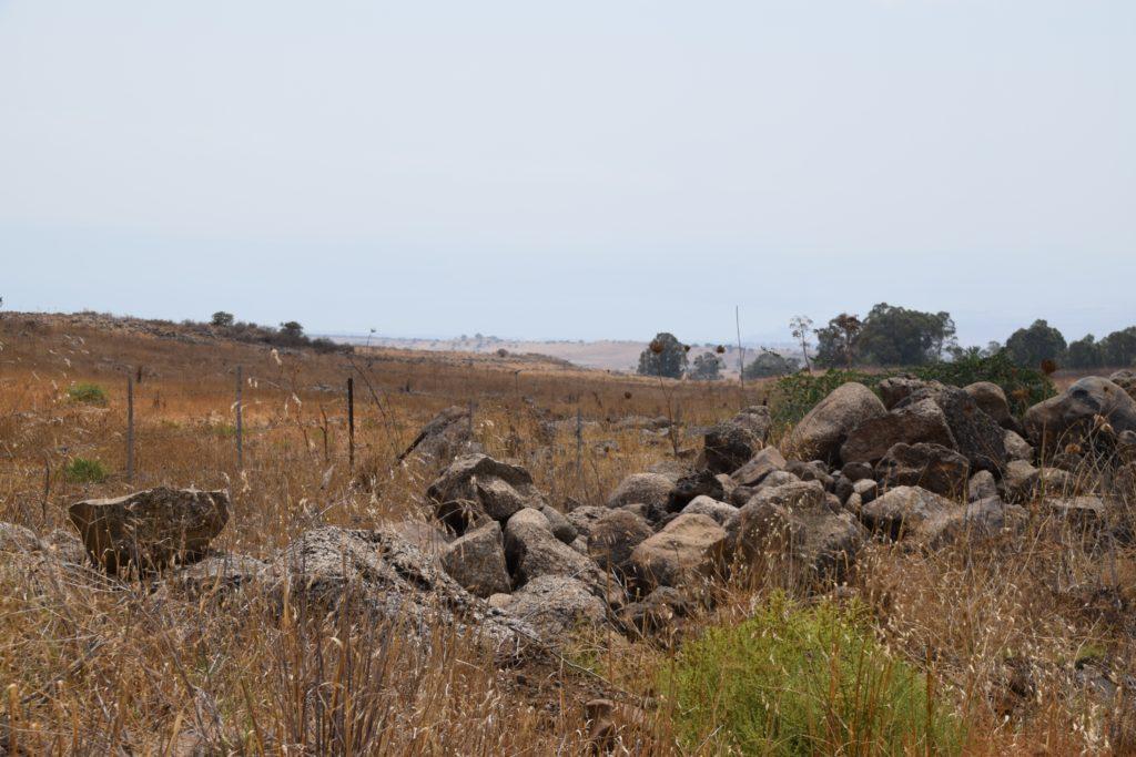 Une colline avec des roches empilées