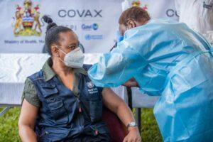 Une représentante du WHO Malawi reçoit le vaccin contre la COVID-19 au Mzuzu Central Hospital.